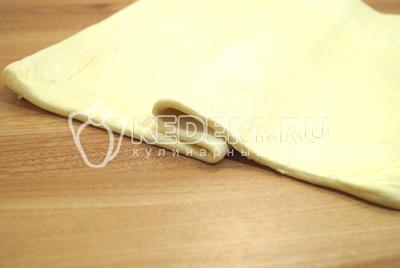 Тесто раскатать в пласт, толщиной не более 1 см.