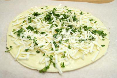 Выложить на круг теста зелень и сыр.