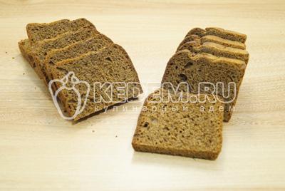 Хлеб нарезать тонкими  небольшими ломтиками.