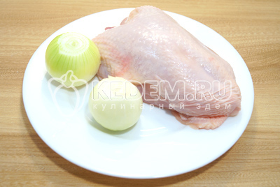 Куриную грудку без костей, с кожей нарезать кусочками. Лук очистить.