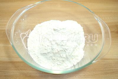 В другую миску просеять муку и добавить соль.