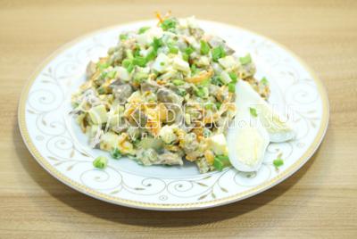 Выложить на блюдо, по желанию можно посыпать оставшимся зеленым луком.