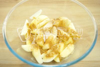 В миске смешать картофельные дольки с растительным маслом, специями и солью и хорошо перемешать.