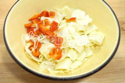 В большую миску крупными кусочками нарезать капусту и болгарский перец.