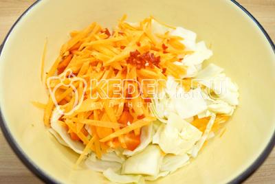 Добавить соломкой нарезанную морковь и мелко нарезанный кусочек острого перца.