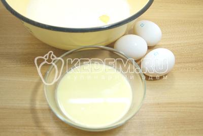 Подошедшие дрожжи перелить в большую и просторную миску. Добавить яйца и растопленное сливочное масло.