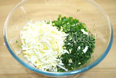 Отварные яйца натереть на терке и добавить в миску к овощам.