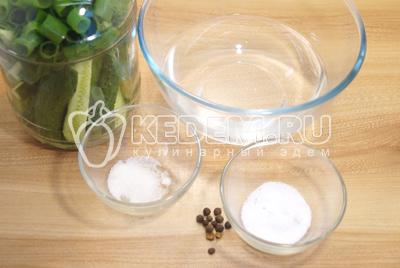 В миску налить теплую кипяченую воду, добавить соль, сахар и дробленный душистый перец.