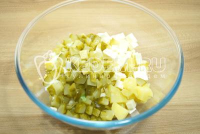 Добавить кубиками нарезанные яйца и сырки.