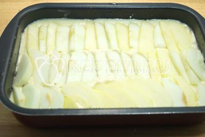 Выложить поверх теста слой яблочных ломтиков.