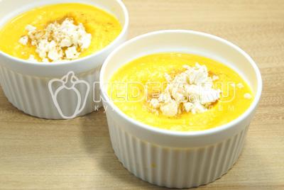 Разложить суп пюре по тарелкам и  добавить сверху крошками сыр фетакса и сладкую паприку.