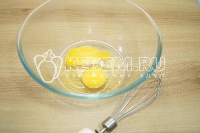 Яйца взбить в пену.