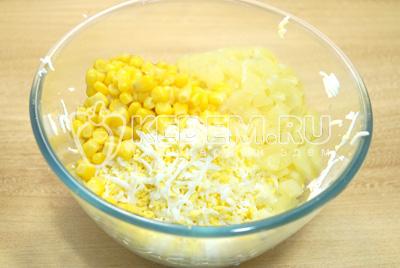 Добавить кукурузу и чеснок.