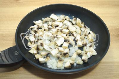 Нашинкованные грибы и лук обжарить на растительном масле. Немного посолить.