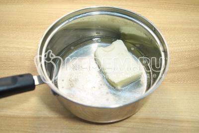 В сотейнике вскипятить воду и распустить сливочное масло.