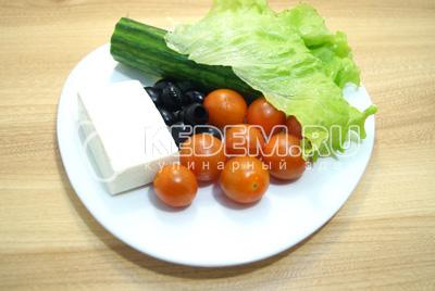 Овощи хорошо вымыть. Сыр нарезать кубиками.