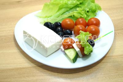 Добавить сыр и ломтик огурца.