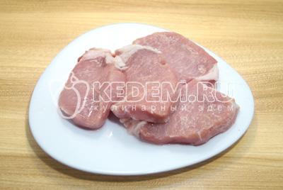 Мясо промыть и обсушить. Нарезать на крупные медальоны или кусочки.