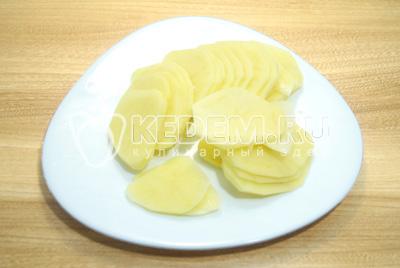 Картофель очистить и нарезать тонкими ломтиками.