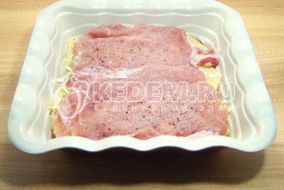 Немного посолить и поперчить. Выложит второй слой мяса и лука.