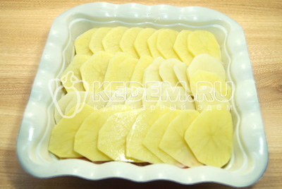 Закрыть слоем картофеля.