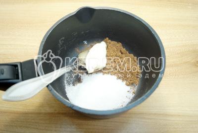 В сотейнике смешать сахар, какао и сливочное масло.