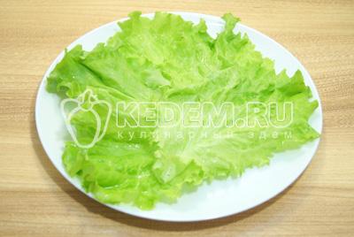 Блюдо выложить листьями салат.