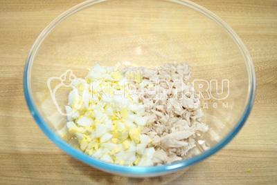 В миску нарезать кубиками курицу и яйца.
