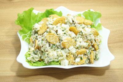 Выложить в салатницу с листьями салата.