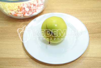 Яблоко очистить от кожуры и семян.