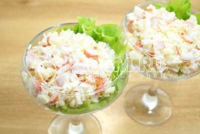 Перемешать салат и выложить в красивые бокалы с листиком салата.