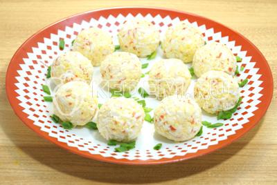Руками скатать небольшие порционные шарики и выложить на блюдо.