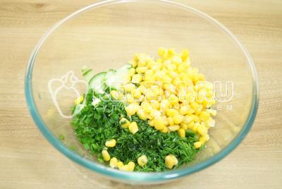 Добавить в  миску кукурузу, соль и заправить маслом.