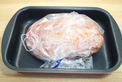 Выложить мясо на противень и запекать в  духовке 1 час при температуре 180 градусов С.