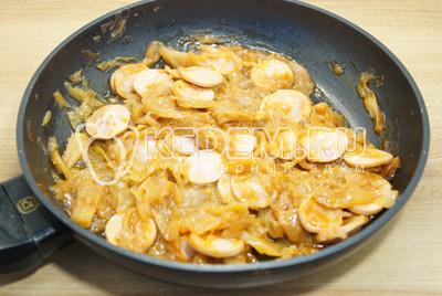 Посолить и  поперчить по вкусу, готовить еще 3-4 минуты.