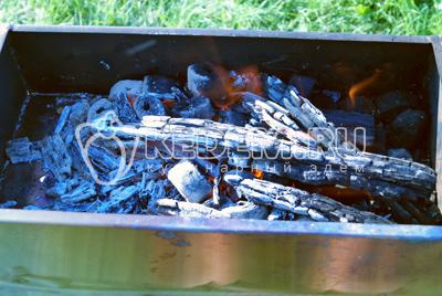 Разжечь мангал и подготовить угли.