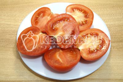 Нарезать помидоры на половинки.