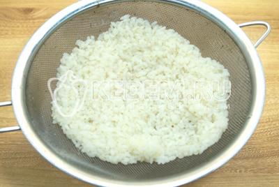 Рис отварить до готовности и откинуть на сито.