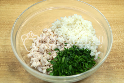 В миске смешать мелко нерезаное куриное филе, рис и мелко нашинкованную петрушку.