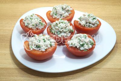 Нафаршировать половинки помидор  и выложить на блюдо.