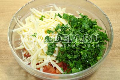 Добавить тертый сыр и мелко нашинкованную зелень петрушки. Хорошо перемешать и посолить начинку.