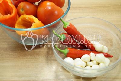 Болгарские перцы промыть и очистить, помидоры и острый перец промыть, чеснок очистить.