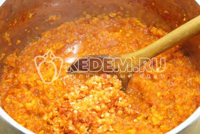 Добавить острый перец и соль, хорошо перемешать, проваривать еще 15-20 минут. Добавить уксус и перемешать.