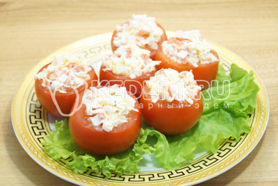 Нафаршировать помидоры начинкой и выложить на блюдо.