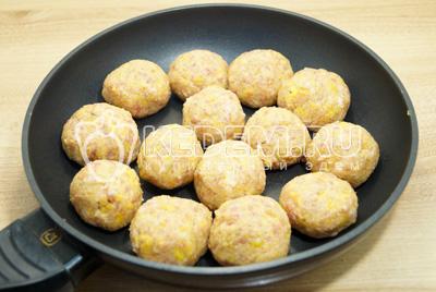 Влажными руками сформировать небольшие тефтели и выложить на сковороду с растительным масло.