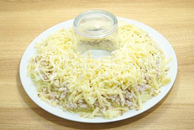 Добавить слой тертого сыра.