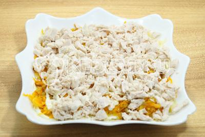 Выложить слой мелко нашинкованной курицы. Посолить и смазать майонезом.
