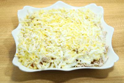 Выложить слой тертых яиц и смазать майонезом.