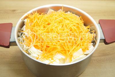 Сложить в  кастрюлю и добавить тертую морковь.