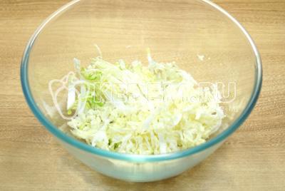 Пекинскую капусту нашинковать в миску.